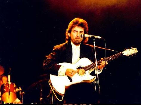 """Tú también puedes seguir recordando a George Harrison hoy ¡En su cumpleaños! George Harrison en The Prince's Trust, en 1987 tocando """"Here Comes The Sun"""", Wembley Arena Steve Mathieson - https://www.flickr.com/photos/38495915@N07/3641636343/"""