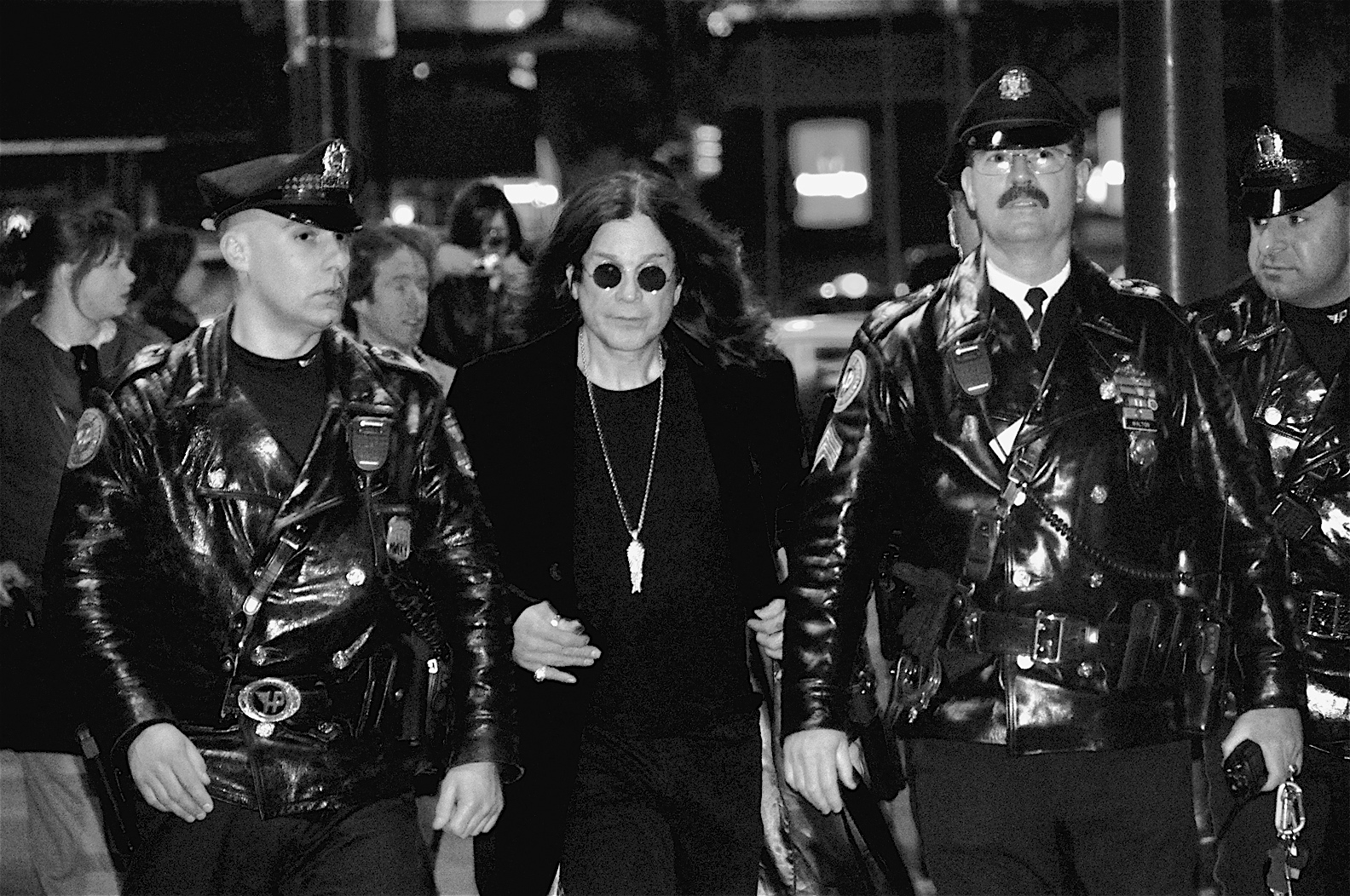 "Ozzy Osbourne no termina de estrenar sencillos; comenzará un nuevo disco el próximo mes. Kevin Burkett from Philadelphia, Pa., USA - Ozzy Osbourne in Philly Ozzy Osbourne, flanked by Philadelphia police officers, leaves Borders in Center City after signing copies of his new autobiography, ""I Am Ozzy,"" on Jan. 27, 2010."